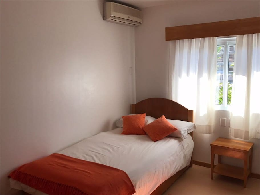 Demi suítes. Todos os quartos com ar condicionado e armários.