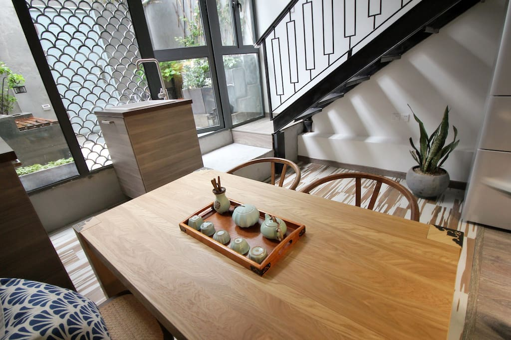 Big dining table for friends to enjoy the food or chat over the tea.超大餐桌可供您和您的朋友同时用餐。