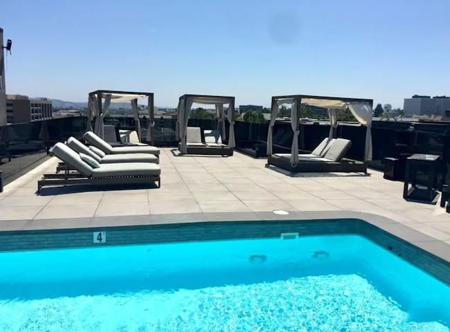 Stunning 3bd BEVERLY HILLS, rooftop pool, 2 Parkng