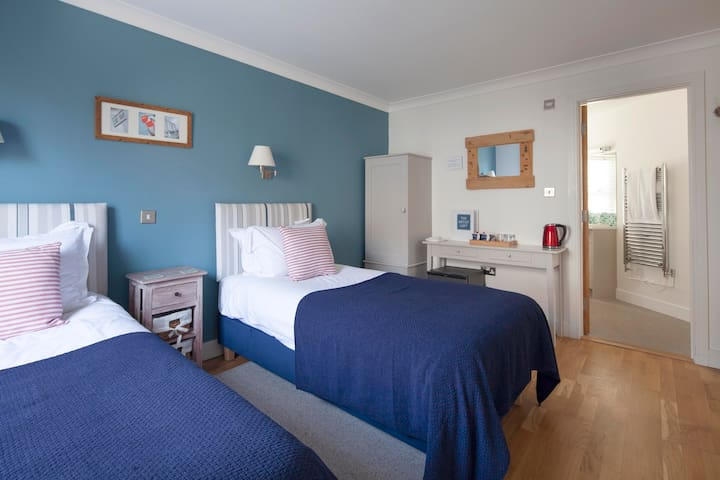 Penrose - twin B&B room in Porthleven
