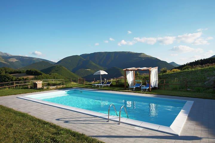 Agriturismo met een prachtig panorama, zwembad, 3 km van Cagli