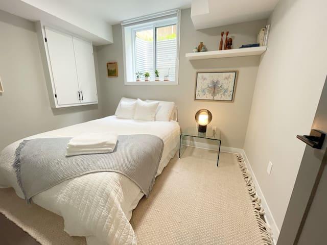Queen sized, cozy bedroom