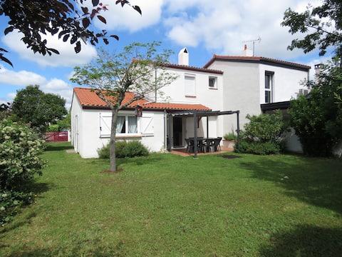 Agréable maison lumineuse avec terrasse et jardin