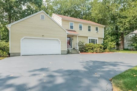 4 Bed 2.5 Bath Colonial 2-Car Gar - Haus