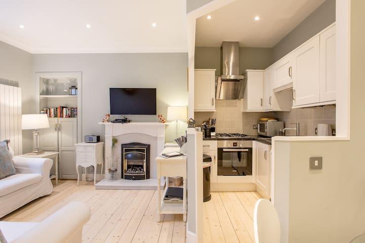 Stockbridge/Trendy Area/2 Bedrooms/Private Parking