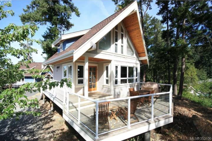 Escape to Currents! Modern bright cozy cottage.