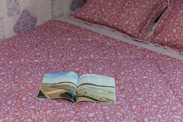 핑크톤으로 사랑스럽고 어여쁜 느낌이 드는 원룸형 침대 객실-201호