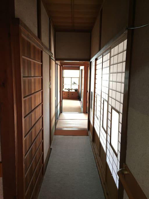 食堂から奥の間への廊下です。 Corridor to Living Room