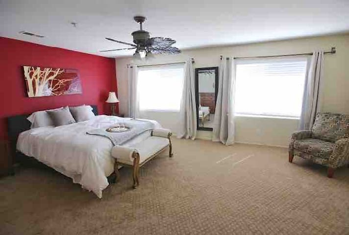 Large Groups, Family/Business,Fast Wifi, King Bed!