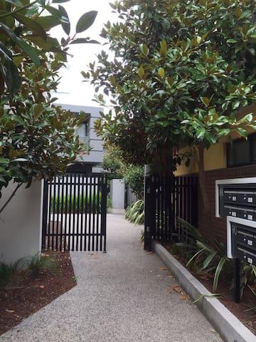 Clean convenient quiet & new room - Parkville - Apartmen
