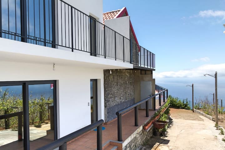 On the cliffs with ocean view, perfect for walking – Top of the Cliff Apartment I