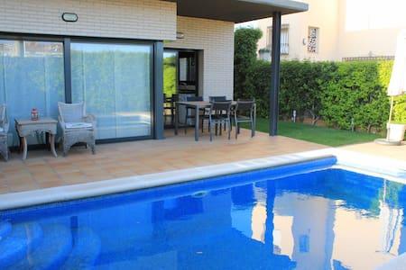 Villa Velasquez pool - ピネダ·デ·マル