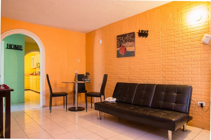 Home away from home!! :) - Kingston - Apartamento