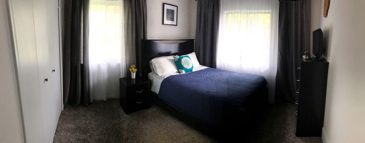Private Room with Queen Size Bed in Solon