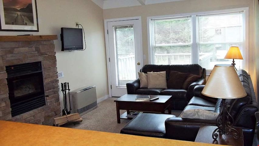 Cozy 1 Bedroom House with Grand Fireplace and Deck with Lovely Views