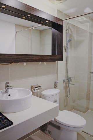 Cleab bathroom have full bath utensils