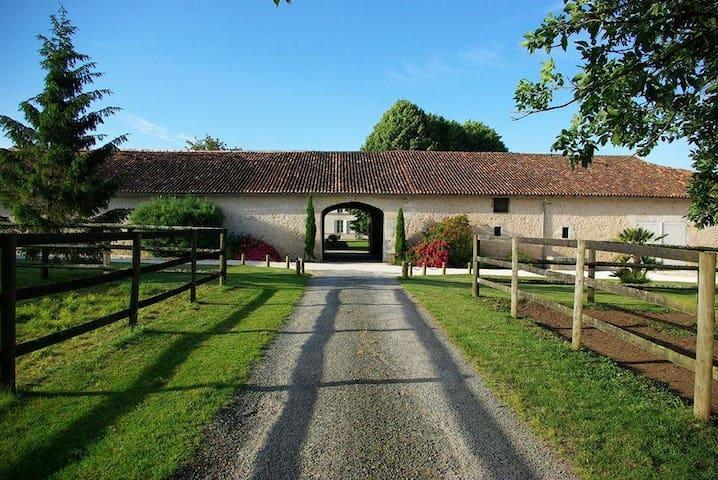 Maison dans un logis charentais du XVIIIème - Soulignonne - Haus