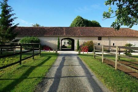 Maison dans un logis charentais du XVIIIème - Soulignonne