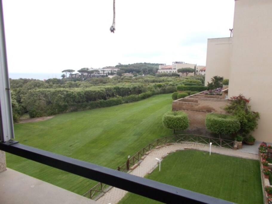 Giardino su cui si affaccia il balcone