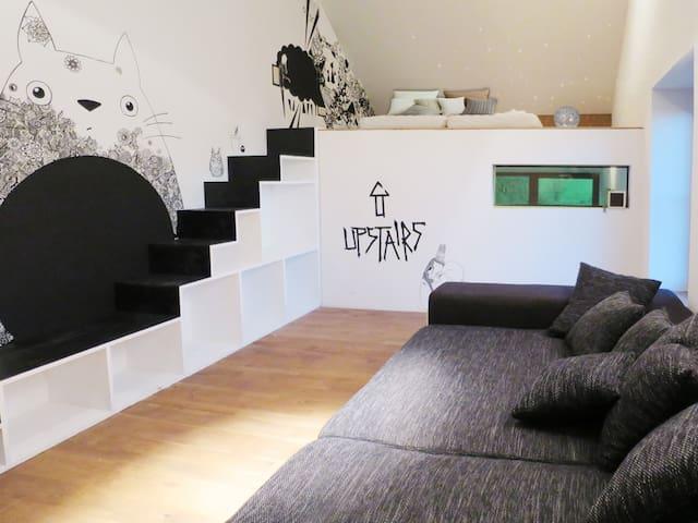 Zweites Schlafzimmer mit großer Schlafcouch und zwei Einzelbetten auf der Empore