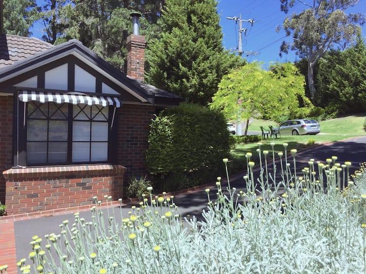 Stylish & Deluxe Tudor House Yarra Valley