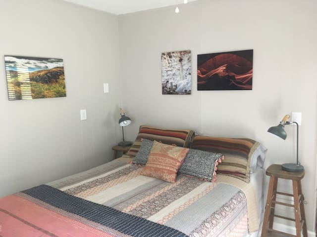 Cozy Studio Apartment. Walk to King St. and ASU!