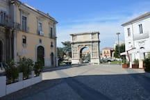 A due passi (50 metri) dalla piazzetta dell'Arco di Traiano