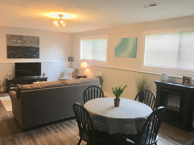 Light and Spacious 2 bedroom SE Apartment