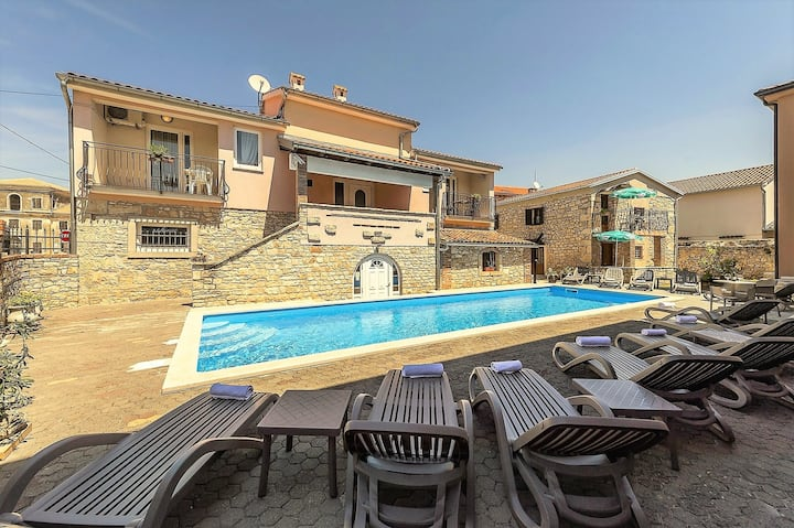 Apartment Complex Valtrazza with Common Pool / Two-Bedroom Apartment Noemi III in Villa Valtrazza with Shared Pool
