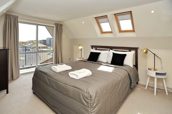 Regents B: Bedroom 1