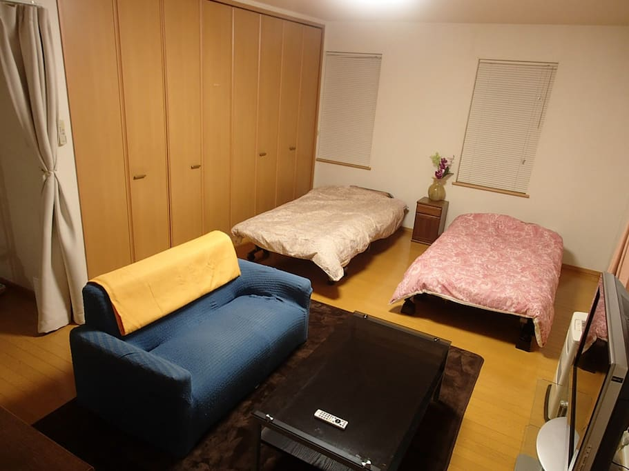ベッドの横の収納も使用可能