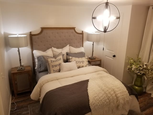 Queen bed with lots of extra sheets, new French linen headboard and new linens.  Professionally decorated for your comfort by TV designer Monique Shaw of Homes Beautifully Design and Staging.
