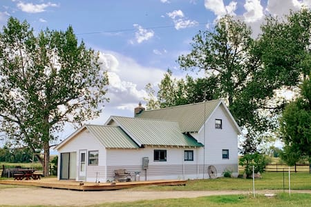 Riverfront Homestead ON the North Platte River!