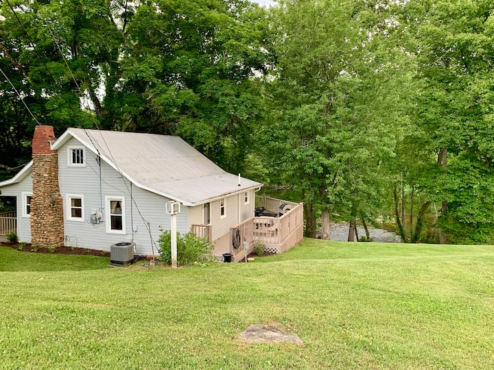 3 BD House on South Holston River. 15 min to BMS.