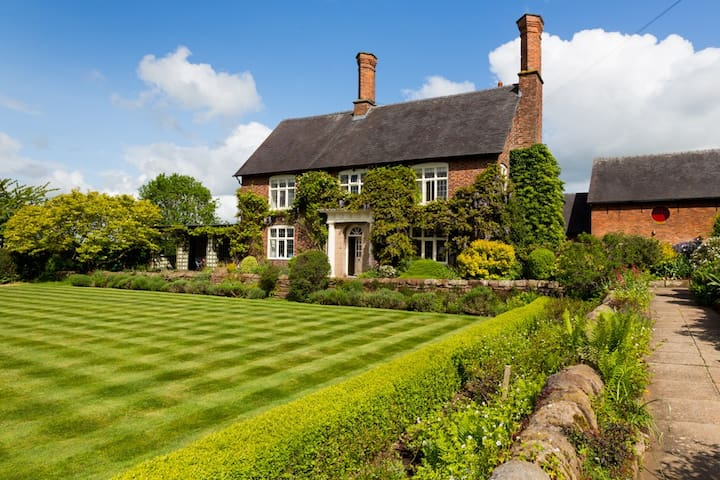 Beautiful Cheshire Farmhouse, sleeps 12 - Beeston