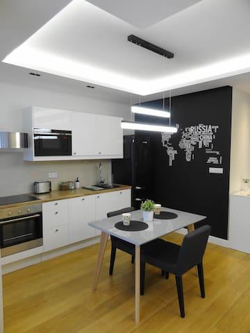 Delux studio apartment in Pokorna 2, 5 min to Dw Gdanski metro station