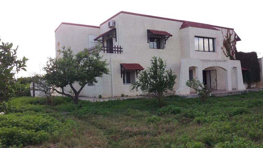 1er étage d'une villa ds une ferme près de Tunis.