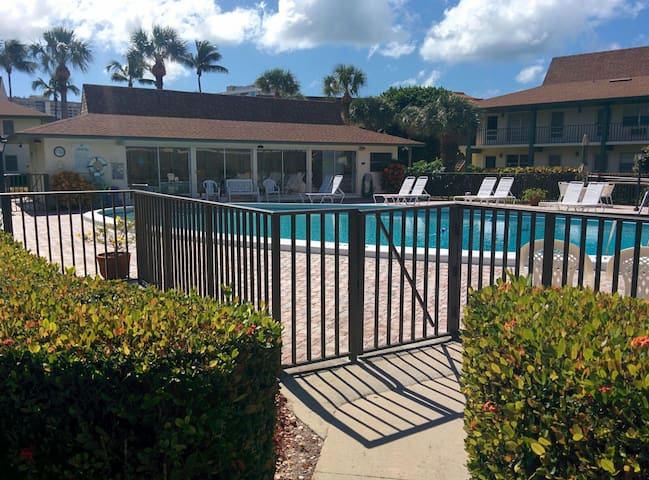 Modern, Cozy Condo Seasonal rental - Marco Island - Apartment