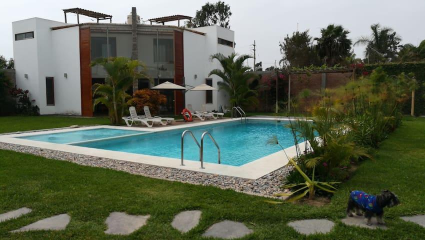 CASA DE CAMPO CHINCHA :Piscina, Barbecue, jardines