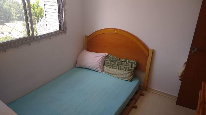 Cama de casal em quarto aconchegante no Cabral