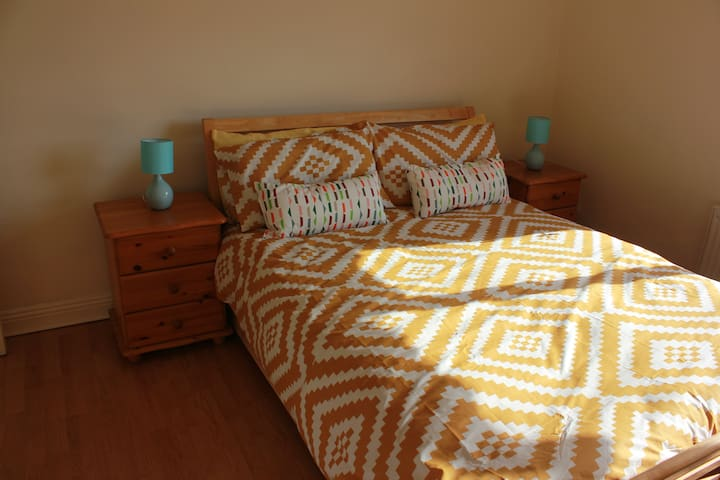 Ensuite Double Room, 10 Min to Airport - Dublin - Talo