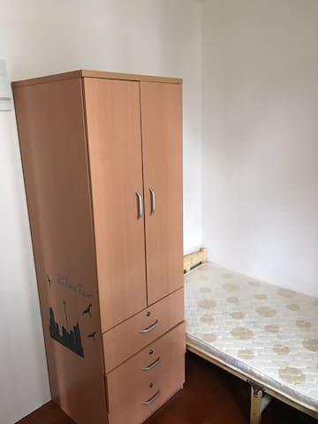Girls room ( shared bathroom)