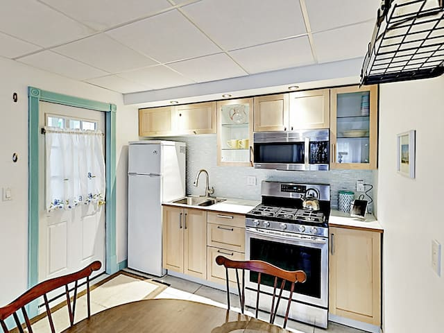 Home chefs will appreciate the modern kitchen, equipped with a full suite of appliances.