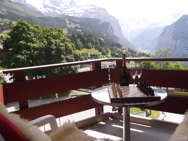 Studio with Balcony, Sleeps 2 in Car Free Wengen! - Wengen - Flat