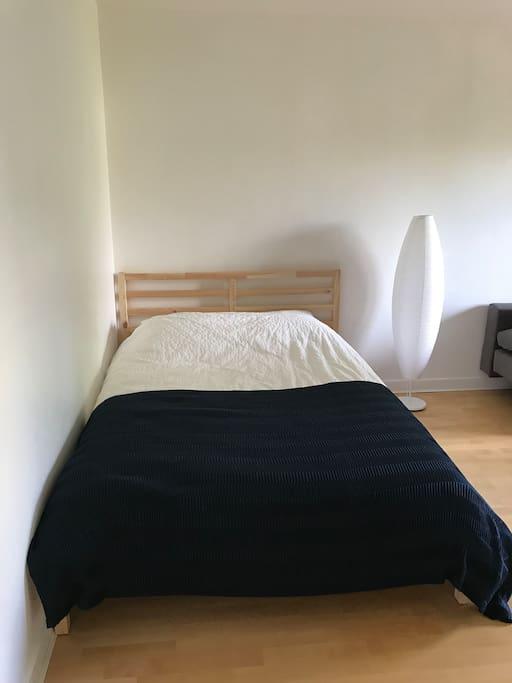 Lit douillet pour se reposer (very comfy double bed)