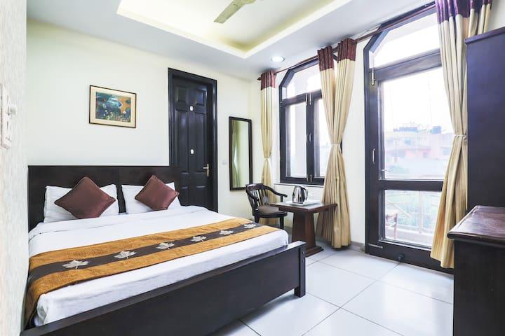 Sunny,Airy, Vibrant Room & Balcony-5 min frm Metro