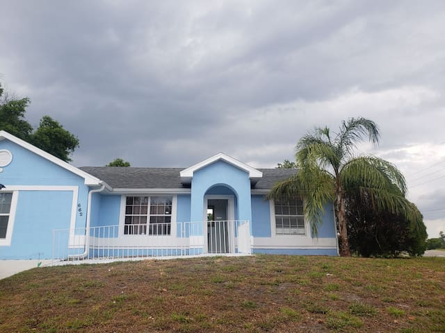"""BLUE"" Studio Cozy Private Apt w Bckyrd near i4"