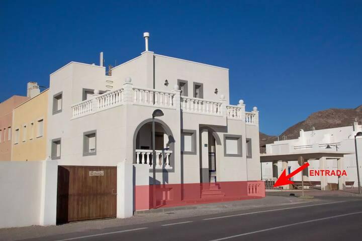 Se entra por el lateral de la casa, bajando un tramo de escaleras.