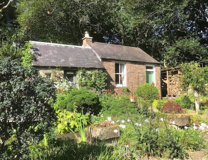 Comfy bothy set in a beautiful scenic garden