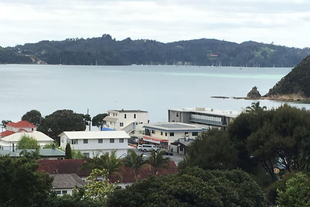Walk to a beautiful safe beach in 5 minutes only 500 metres and paihia township centre 980 metres away